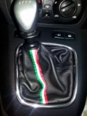 Lancia Musa cuffia cambio in pelle nera con ricamo e tricolore