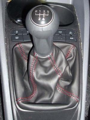 Seat Ibiza 6J personalizzazione cuffa Cambio Nero e Cucitura Rossa